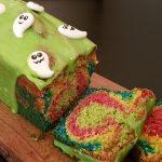 Bag en farverig kage med børnene til Halloween