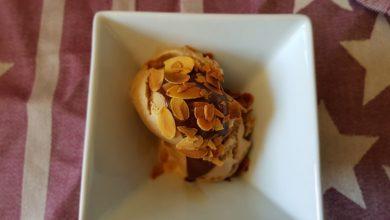 Kaffeis med chokoladesauce og ristede mandelflager