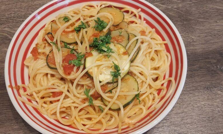 Spaghetti med tomat og squash